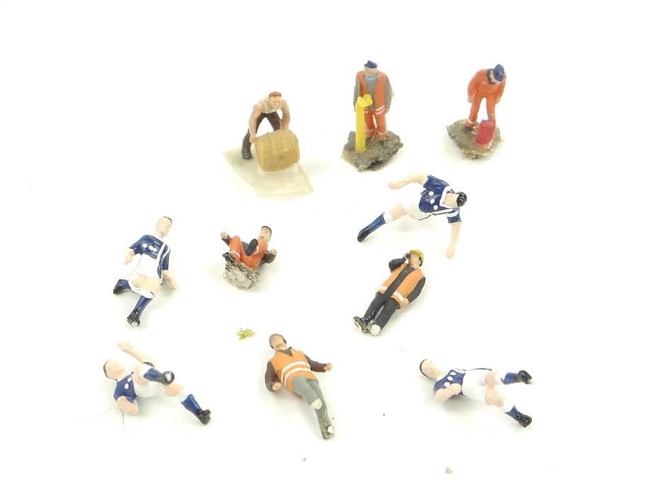 E266 H0 10x Figuren Arbeiter Straßenarbeiter Vermesser Sportler Fußballer