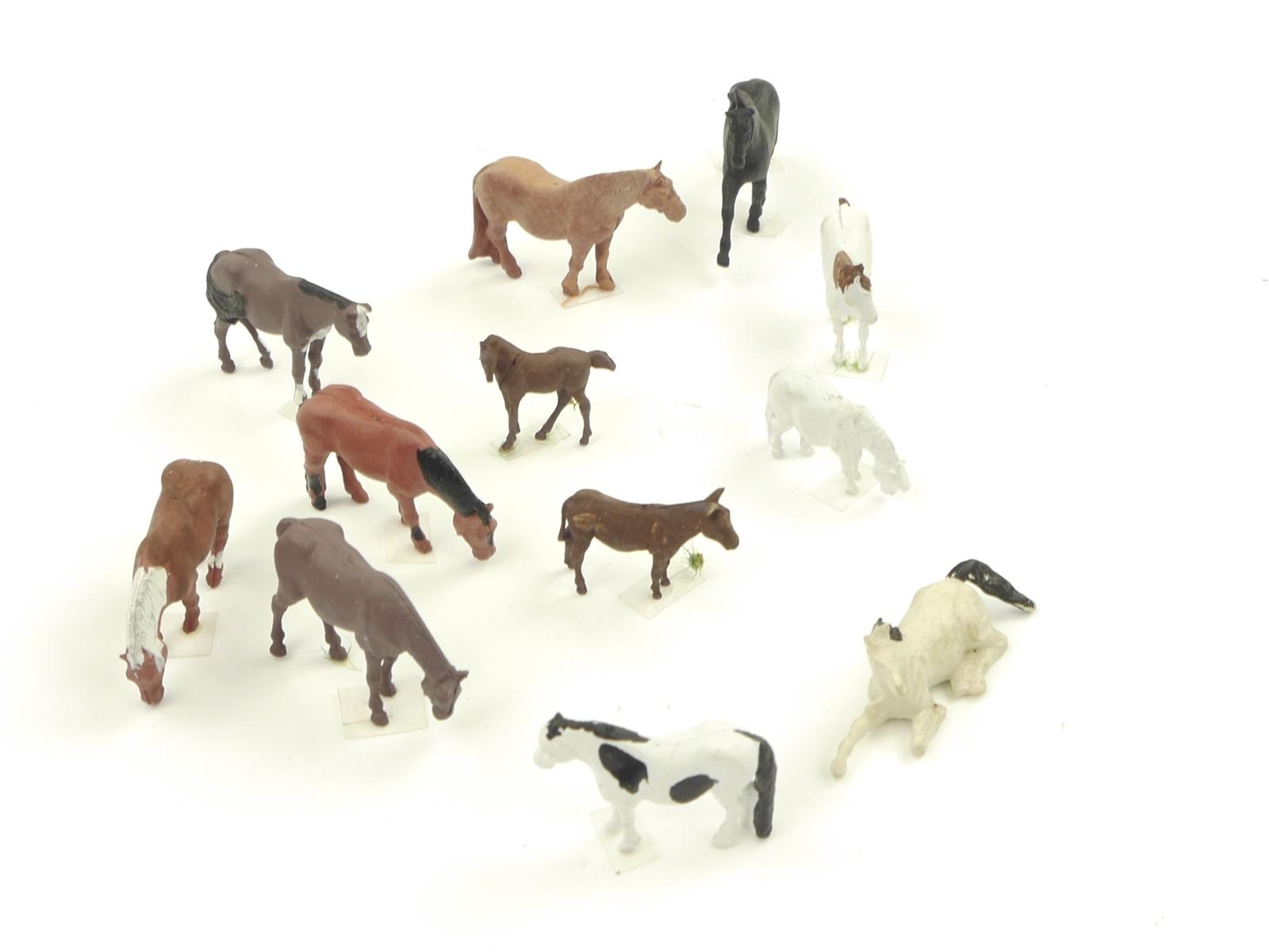 E137 H0 12x Figuren Tiere Pferde Ponys Fohlen für den Reiterhof Reitstall