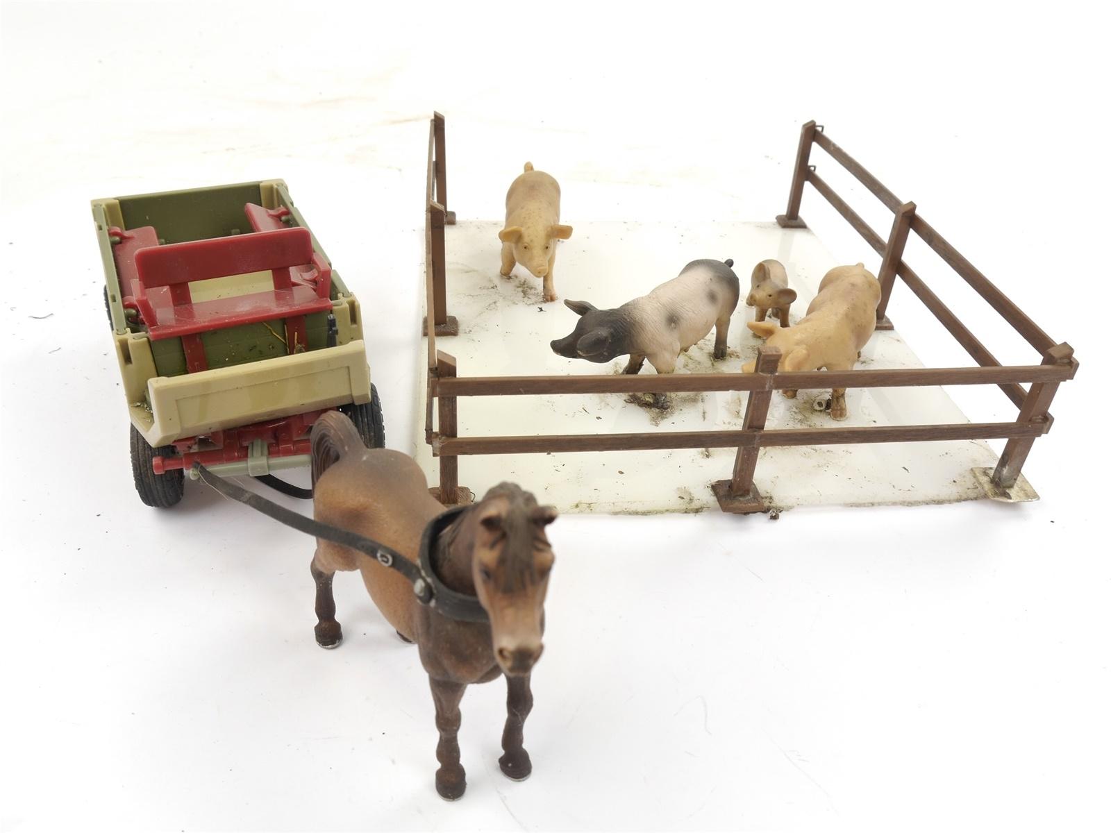 E103 Schleich u.a. Tiere Schweine Ferkel im Stall Pferd mit Kutsche